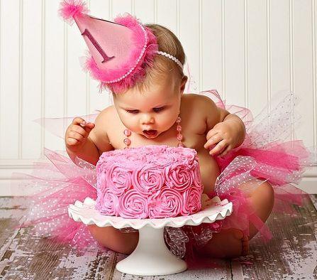 Niña en su primer cumpleaños
